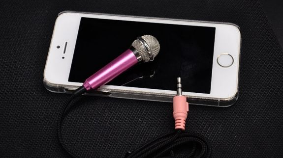 Nên hát karaoke trên điện thoại hay hát karaoke trên máy tính?